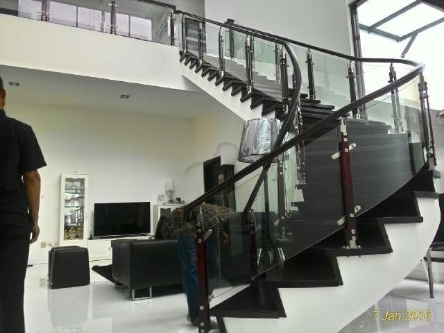 railing tangga kaca